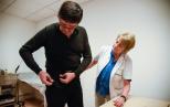 Un paciente de Parkinson ponse o cinto equipado co Holter STAT-ON coa axuda da doutora Àngels Bayés. Fotos: UPC.