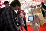 O robot PACA atendendo aos visitantes ao congreso.