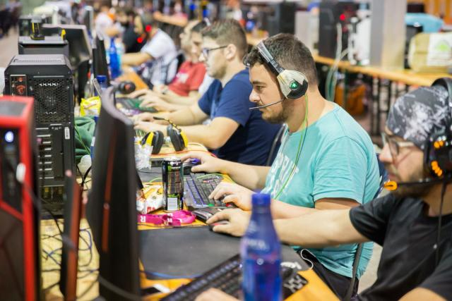 Participantes en una edición anterior de la XGN Encounter delante de sus ordenadores.