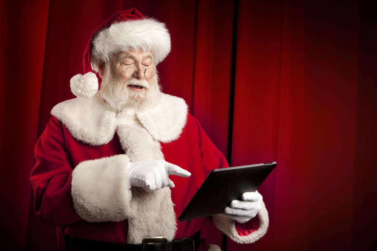 Papá Noel usando una tablet.