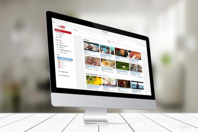 Monitor amosando a páxina de YouTube.